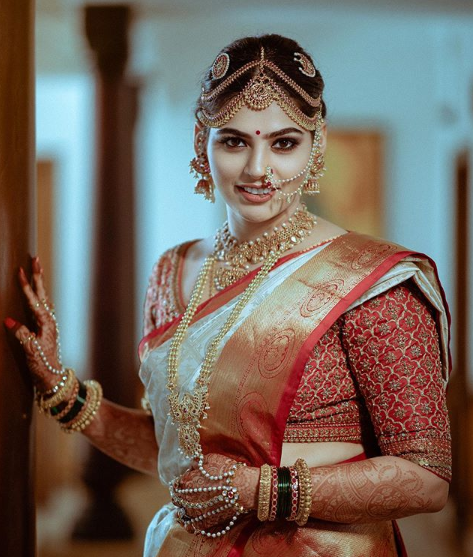 A women in wearing mathapatti - An essential hair accessory for south india bride