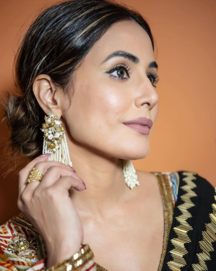 Festive dressing notes from Hina Khan in a dual-tone saree