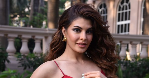 Jacqueline Fernandes' Bombshell Waves Have A Come Hither Vibe And We Are Hooked!