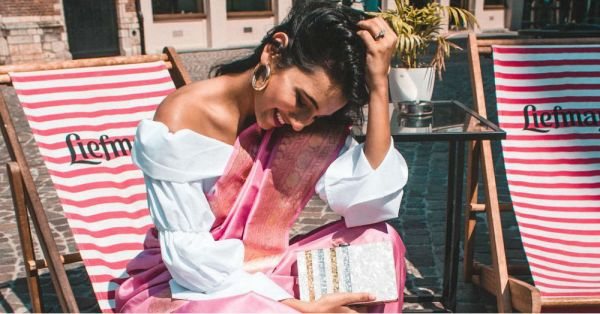 This Blogger Wore A Belt Bag With Her Sabyasachi Saree And It's Pretty Genius