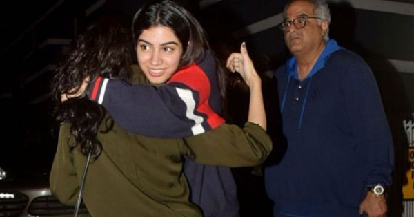 Khushi Kapoor Doesn't Go Anywhere Without THIS... And We Wouldn't Either!