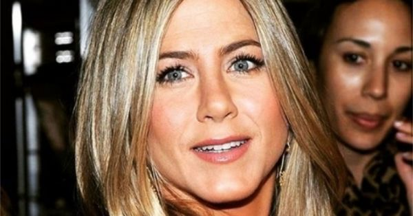 Jennifer Aniston Has Been Using *This* Lip Liner For 15 Years And You Can Actually Shop For It In India!