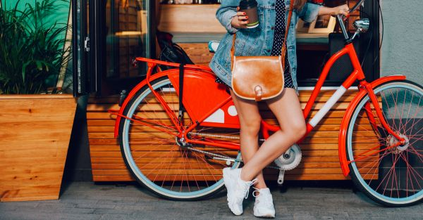 10 Essentials EVERY Modern Girl Should Carry In Her Bag!